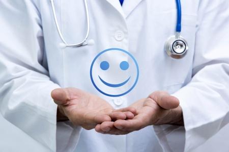jak odpowiadać na negatywne i pozytywne komentarze - uśmiechnięty emotionek z pozytywną opinią pacjenta
