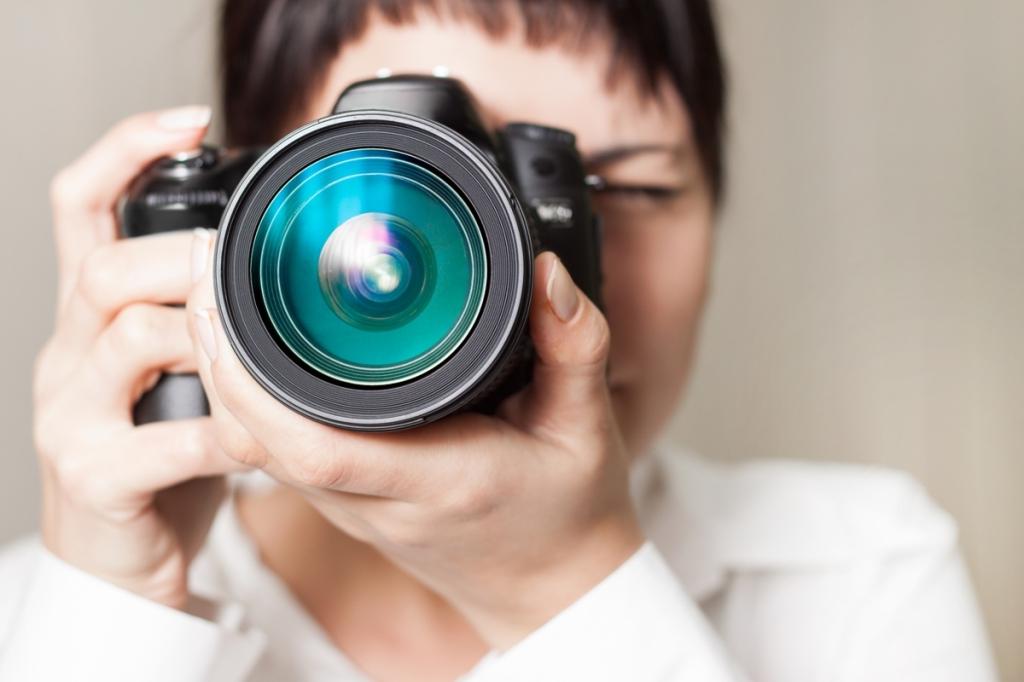 kobieta wykonująca zdjęcie