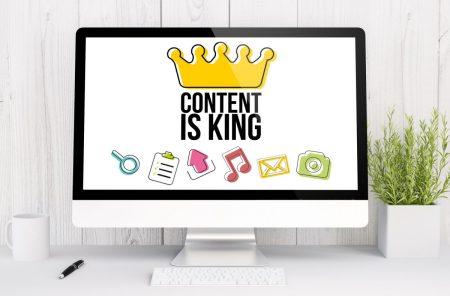 """content marketing - ekran komputera przedstawiający grafikę z napisem """"content is king"""""""