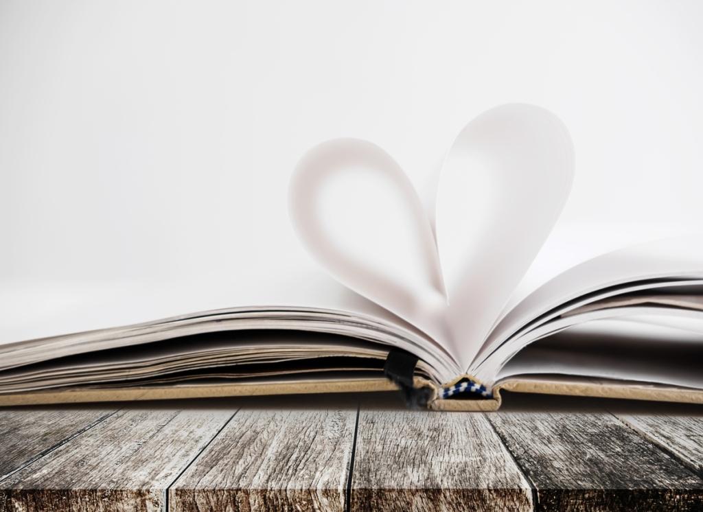 papierowa kartka złożona w kształt serca symbol idealnej drukarni