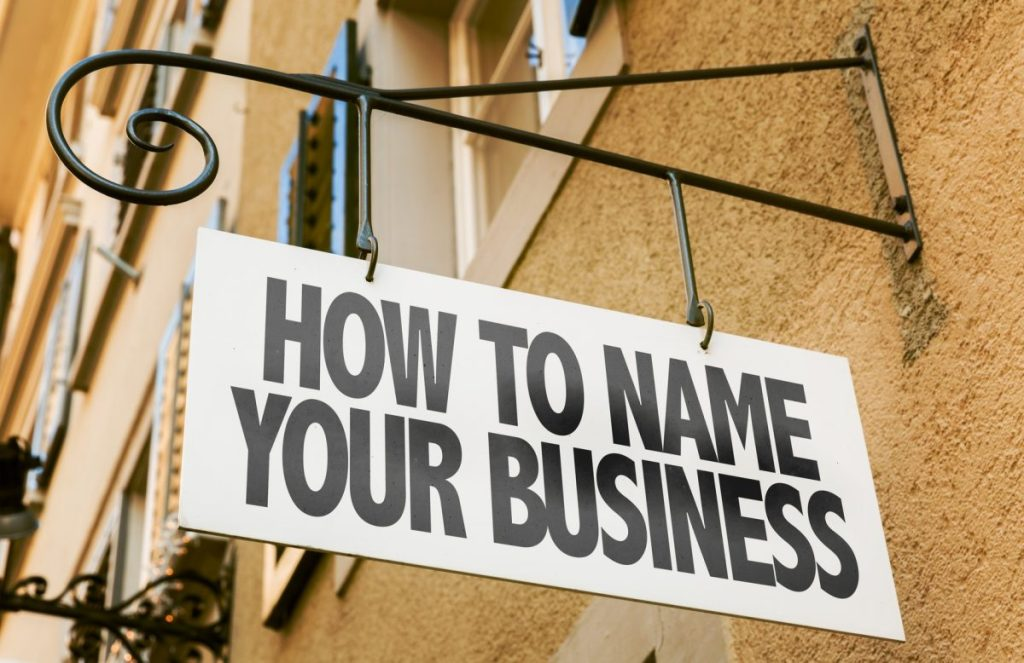 tablica z napisem jaką nazwę wybrać dla firmy, biznesu, produktu lub marki